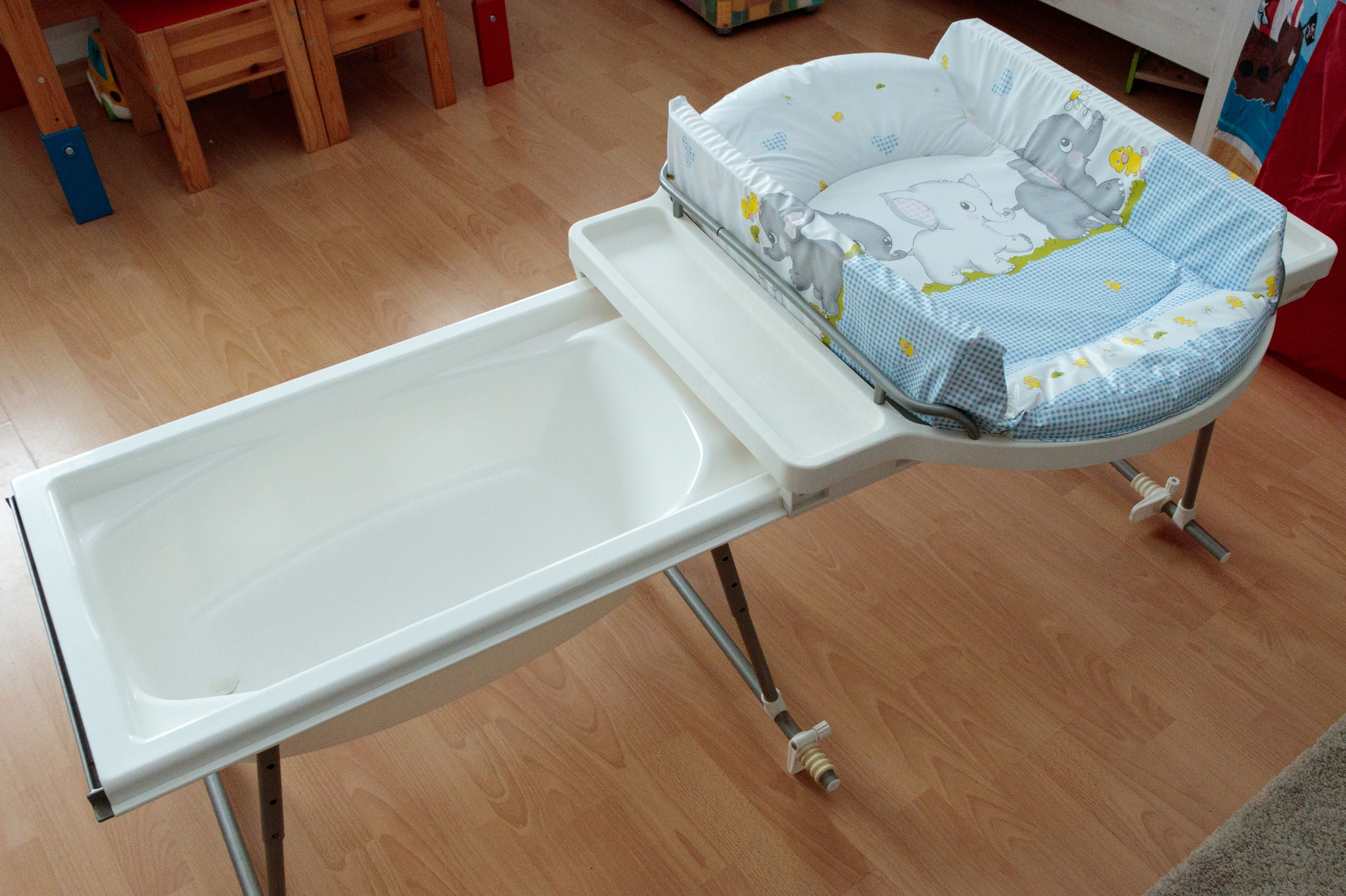 geuther 4830 aqualino mit badewanne aufsatz bade wickelkombination wickeltisch ebay. Black Bedroom Furniture Sets. Home Design Ideas